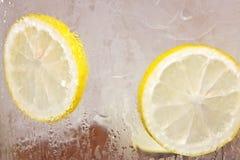 Pezzi di limone in vetro del ghiaccio immagine stock