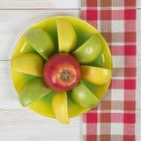 Pezzi di mela presentati su un piattino nella vista superiore Fotografia Stock Libera da Diritti