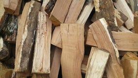 Pezzi di mucchio di legno di legno nell'iarda stock footage