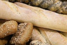 pezzi di pane fresco nel forno con le pagnotte e la borsa fragranti Fotografia Stock