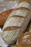 pezzi di pane fresco nel forno con le pagnotte e la borsa fragranti Immagine Stock