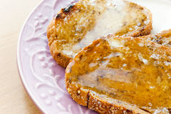 Pezzi di pani tostati con miele e burro Breakfas sani di mattina Fotografia Stock Libera da Diritti