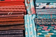 Pezzi di panno sul mercato Fotografia Stock