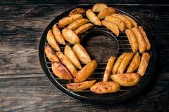 Pezzi di patate fritte su una griglia Fotografia Stock