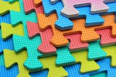 Pezzi di plastica del puzzle dei bambini del ritaglio Immagini Stock