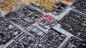Pezzi di plastica per la costruzione del robot giapponese di Gundam a Romics archivi video