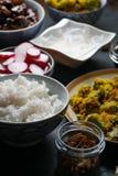 Pezzi di pollo di teriyaki, di vermicelli del riso e di broccoli della tempura sulla vista laterale della tavola Cucina asiatica Immagine Stock