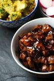 Pezzi di pollo di teriyaki, di vermicelli del riso e di ravanello su un primo piano di pietra grigio Cucina asiatica Immagini Stock Libere da Diritti