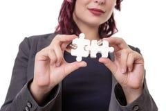Pezzi di puzzle della tenuta della donna Fotografia Stock