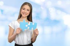 Pezzi di puzzle della tenuta della donna di affari immagini stock libere da diritti