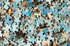 Pezzi di puzzle differenti su una tavola di legno Il concetto di Th Immagine Stock