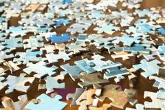Pezzi di puzzle differenti su una tavola di vetro Abstrac concettuale Fotografie Stock