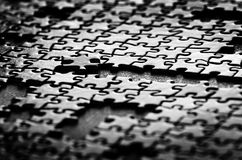 Pezzi di puzzle sulle forme della Tabella Fotografia Stock Libera da Diritti