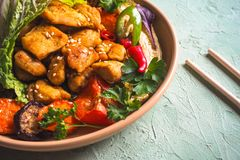 Pezzi di raccordo del pollo fritto in una ciotola di verdure immagine stock