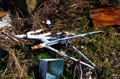 Pezzi di ricambio di veicolo che si trova sopra l'erba Fotografie Stock