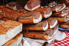Pezzi di sovrapposizione affumicata del bacon e del prosciutto della carne di maiale Immagini Stock Libere da Diritti