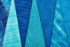 Pezzi di tessuti imbottenti che si trovano sopra a vicenda Immagini Stock