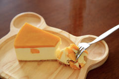 Pezzi di torta di formaggio del mango sul piatto di legno Fotografia Stock