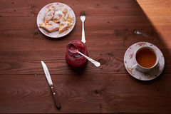 Pezzi di torta di mele su un piatto con tè Fotografia Stock
