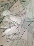 Pezzi di vetro fracassati su fondo bianco Fotografia Stock Libera da Diritti