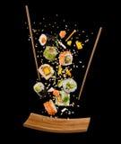 Pezzi di volo di sushi con i bastoncini ed il piatto di legno, isolato Fotografia Stock Libera da Diritti