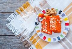 Pezzi di zucca al forno dolce con i dadi Il piatto turco è Kab Immagini Stock Libere da Diritti