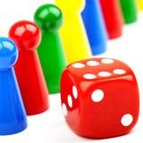 Pezzi e dadi del gioco da tavolo Immagine Stock