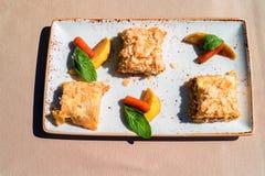Pezzi e frutta del dolce del soffio sulla vista superiore del piatto Immagini Stock Libere da Diritti