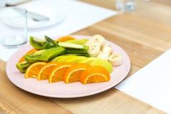 Pezzi freschi dell'arancia, del kiwi e della banana su un piatto Fotografia Stock