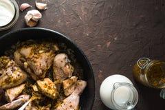 Pezzi fritti di pollo in una padella con spazio libero Alimento indiano fotografia stock