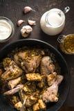 Pezzi fritti di pollo in una vista della padella da sopra Alimento indiano immagini stock