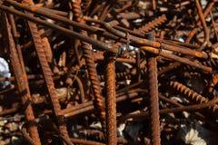 Pezzi macchiati corrosi arrugginiti del metallo: cavo, montaggio, armatura su un calcestruzzo sporco Immagini Stock