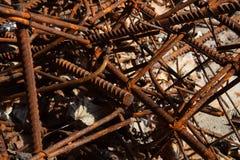 Pezzi macchiati corrosi arrugginiti del metallo: cavo, montaggio, armatura su un calcestruzzo sporco Fotografia Stock
