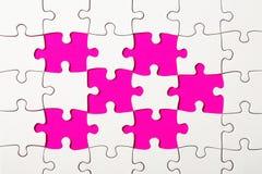 Pezzi mancanti di puzzle su fondo giallo Fotografie Stock Libere da Diritti