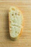 Pezzo affettato delle baguette sul punto di vista superiore del tagliere Fotografia Stock Libera da Diritti