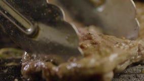 Pezzo appetitoso di grigliare della carne della bistecca stock footage