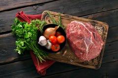 Pezzo crudo di filetto di manzo con l'insieme delle verdure Fotografie Stock Libere da Diritti