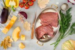 Pezzo crudo di filetto di manzo con le verdure, vista superiore Fotografia Stock Libera da Diritti