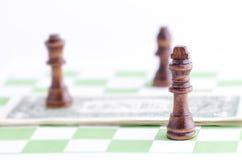 Pezzo degli scacchi su un dollaro Immagini Stock
