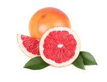 Pezzo del pompelmo isolato su fondo bianco Frutta fresca Con il percorso di ritaglio Pompelmo fresco con le foglie verdi Fotografie Stock