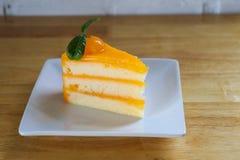 Pezzo del primo piano di dolce arancio sulla tavola di legno Fotografia Stock Libera da Diritti