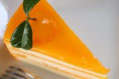 Pezzo del primo piano di dolce arancio sulla tavola di legno Fuoco selettivo Fotografia Stock Libera da Diritti