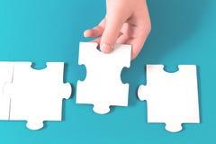 Pezzo del puzzle in una mano fotografie stock