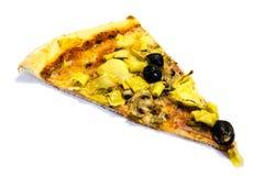 Pezzo della pizza con salame, olive, i carciofi ed il prosciutto isolati su fondo bianco immagine stock