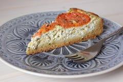 Pezzo della torta con la ricotta, il formaggio ed i pomodori Immagini Stock