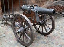 Pezzo di artiglieria del secolo XVIII su un trasporto di pistola di legno Fotografia Stock Libera da Diritti