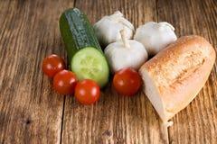 Pezzo di baguette insieme alla varia verdura fotografia stock libera da diritti