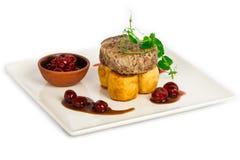 Pezzo di bistecca con la marmellata di amarene e della patata Fotografie Stock