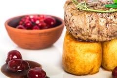 Pezzo di bistecca con la marmellata di amarene e della patata Fotografia Stock