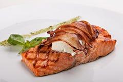 Pezzo di bistecca di color salmone con bacon e formaggio Fotografia Stock